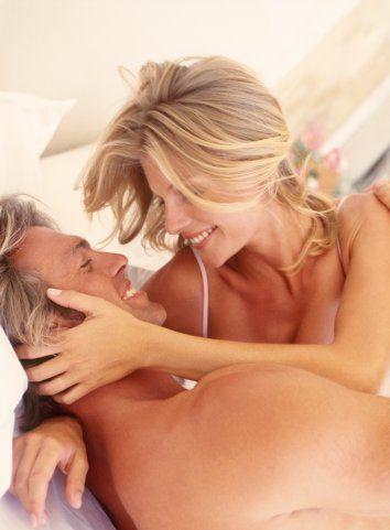 Partnerini izlemek erkekler kadar kadınların da hoşuna gider. Ancak bazı erkekler izlenmekten rahatsız olabilir. Böyle bir durum söz konusuysa, onu övücü sözcükler söyleyerek, kendine güvenmesini sağlayabilirsiniz. Alışması için ona zaman tanıyın!